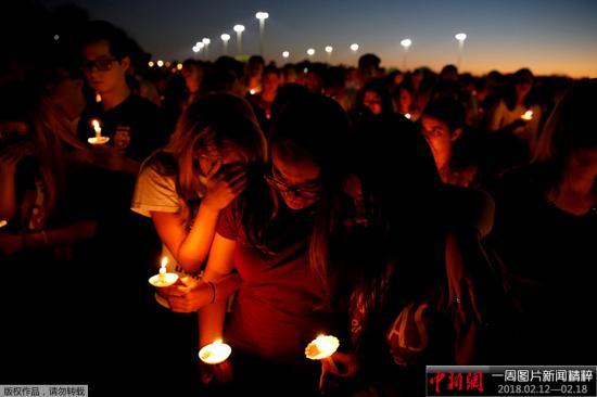 2018年2月15日,美国佛罗里达州帕克兰市一所高中发生枪击案,造成17人死亡。当地民众自发为枪击案的遇难者举行烛光守夜活动。
