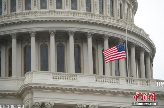 美国国会降半旗悼念佛州高中枪击案遇难者。