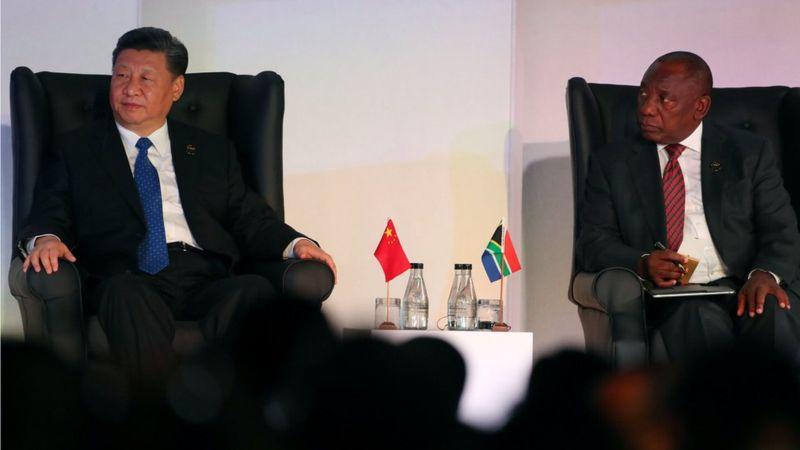 习近平在南非访问期间,与南非总统拉马福萨举行会谈。
