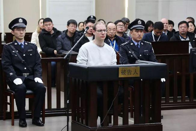 另外一名加拿大公民谢伦伯格(中,白衣者),因涉嫌贩毒,在1月14日遭中国法院由一审原判的15年改判死刑。(Getty Images)