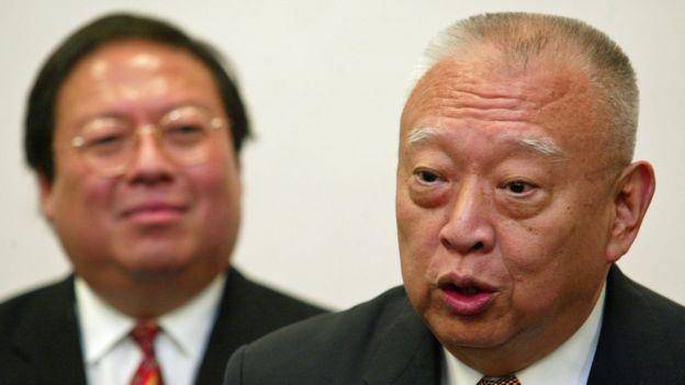 何志平(左)与董建华(右)会见记者(20/1/2005)
