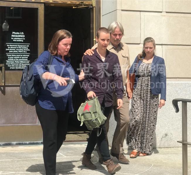 克里斯汀森的妹妹(左二)15日出庭作证。(特派员黄惠玲╱摄影)