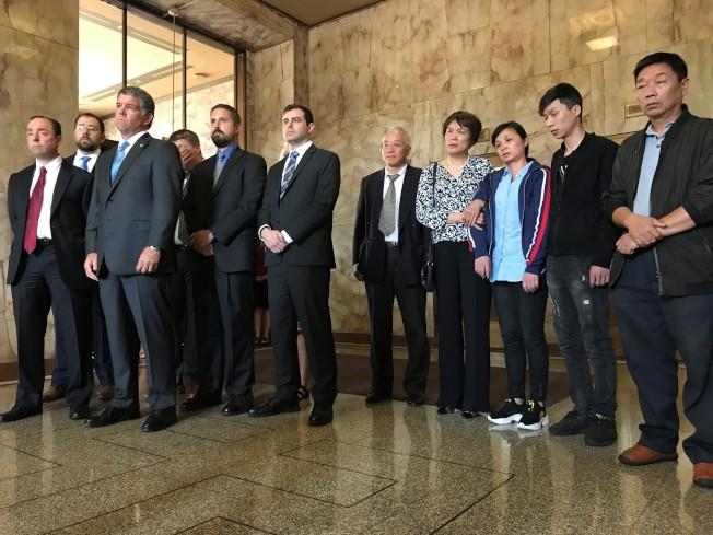 检察官米勒(前左一)、伊州中区检察官米尔席瑟尔(前左二)等人,陪同章荣高(前右一)、章新阳(前右二)、叶丽凤(前右三)出席记者会。(特派员黄惠玲/摄影)