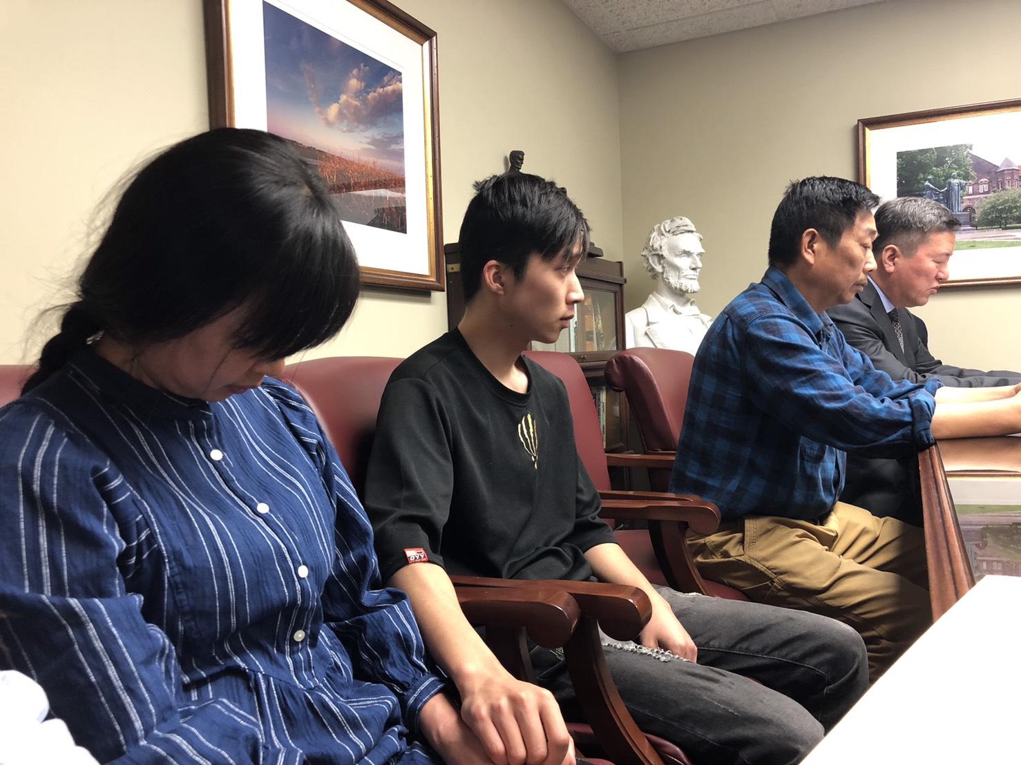 王志东(右二)、贝克特(右三)与章荣高(右)、叶丽凤(左一)、章新阳(左二)出席说明章莹颖遗体下落。图/读者提供