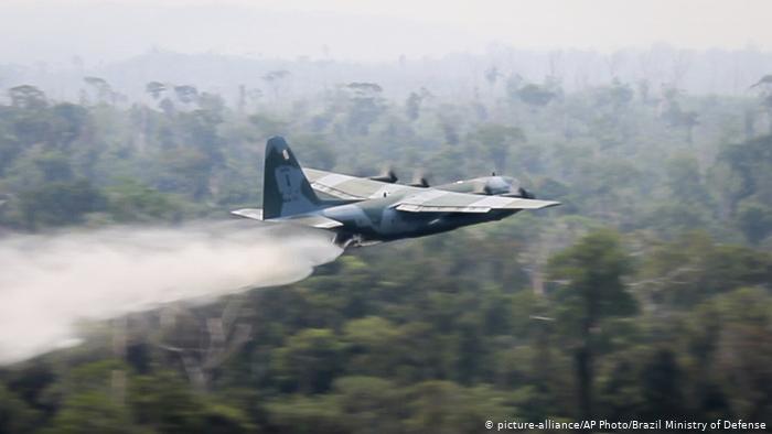 Brasilien Waldbrände Löschflugzeug (picture-alliance/AP Photo/Brazil Ministry of Defense)