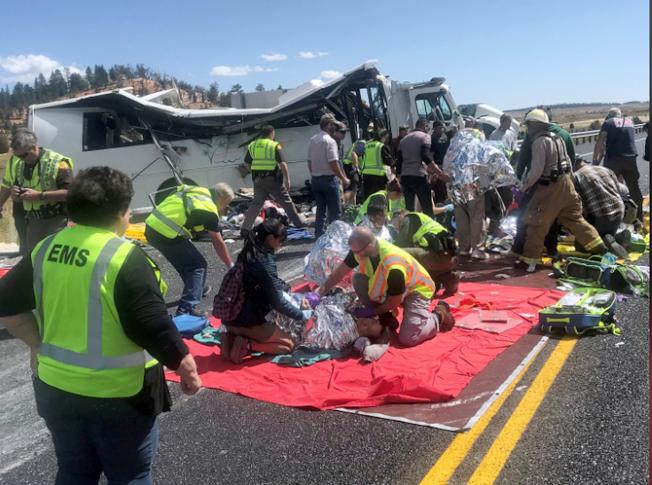 警方及紧急救护人员赶到现场,抢救伤者。(美联社)