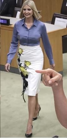 用衣服表达自己的立场,面对民主党和媒体攻击,伊万卡毫不示弱