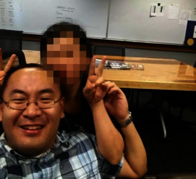 海军上尉杨帆(左)涉嫌非法走私枪枝、船只与提供虚假证词给长官被执法人员逮捕,并移送法办(News 4 Jax视频截图)