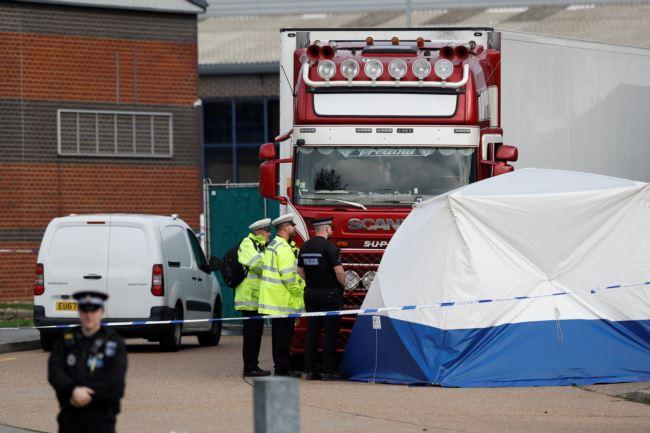 英国警方2019年10月23日凌晨在埃塞克斯郡一辆卡车货柜里发现39具尸体。