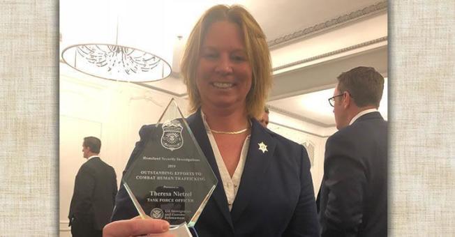 尼采尔因解救多名中国籍人口贩运受害者,获得2019年国际警长协会嘉奖。(国土安全调查处提供)