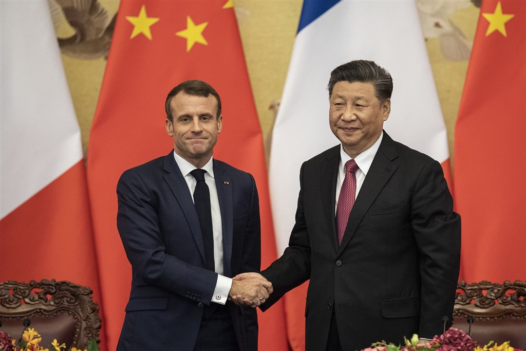中國國家主席習近平(右)6日在北京會見到訪的法國總統馬克宏(左)。(法新社提供)
