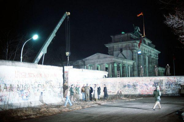 800px-crane-removed-part-of-wall-brandenburg-gate-600x400.jpg