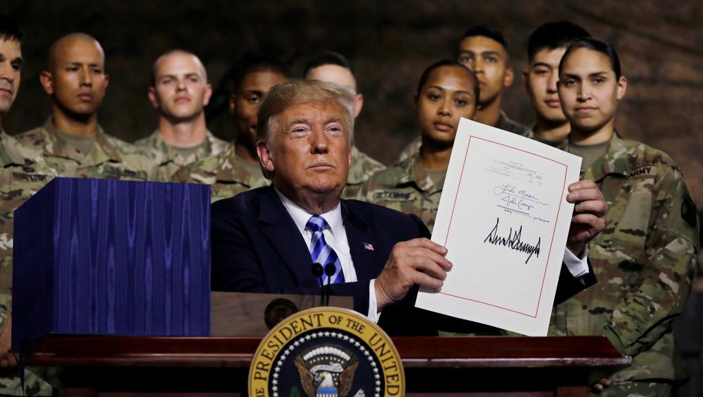 美国总统特朗普2018年8月13日签署国防授权法案后在纽约向美军某部官兵讲话。
