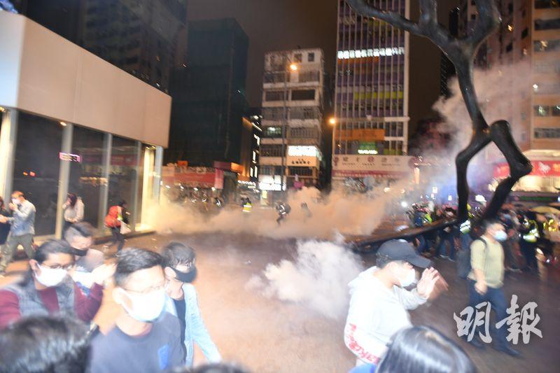 警方在砵蘭街亞皆老街交界投擲催淚彈。(衛永康攝)