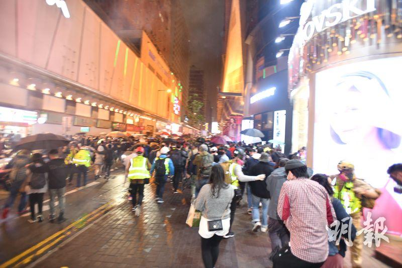 警方在砵蘭街亞皆老街交界投擲催淚彈,路上市民匆忙走避。(衛永康攝)