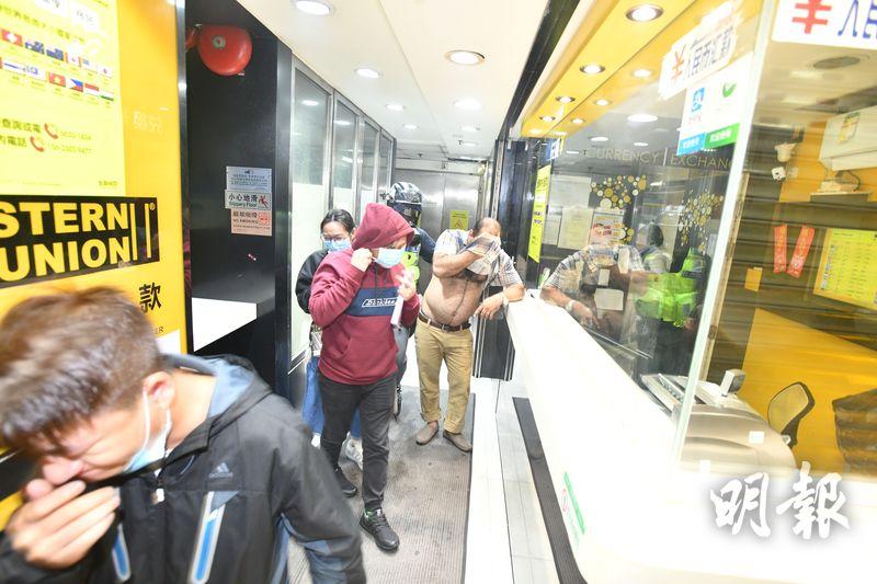 警方在砵蘭街亞皆老街交界投擲催淚彈,市民走進商場暫避。(衛永康攝)