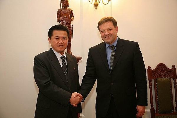 图为朝鲜前国防委员长金正日的同父异母兄弟金平一(左)