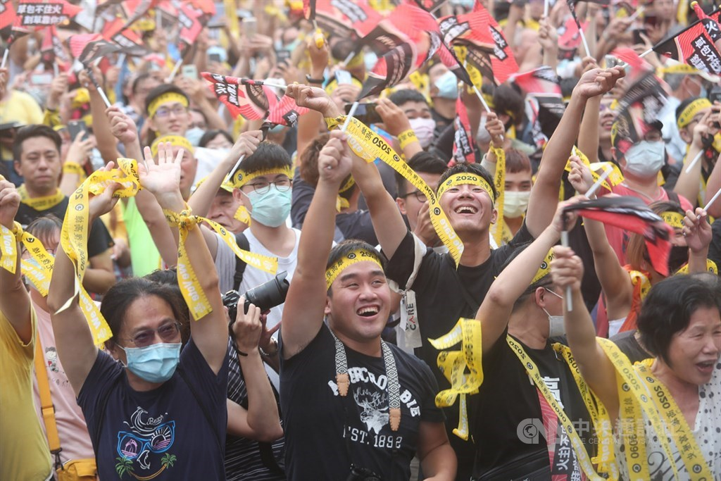 高雄市长韩国瑜6日傍晚确定成为台湾首名被罢免的直辖市长,罢韩总部外民众获知结果底定都相当亢奋,开心高举双手挥舞黄丝带及旗帜。中央社记者吴家昇摄 109年6月6日