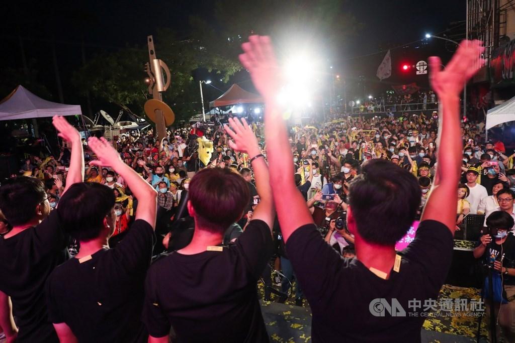 高雄市长韩国瑜罢免案6日顺利过关,让韩国瑜成为台湾自治史上首名遭罢免的直辖市长,「罢韩四君子」也集体向民众致谢,感谢市民陪伴他们走完最后一哩路。中央社记者吴家昇摄 109年6月6日