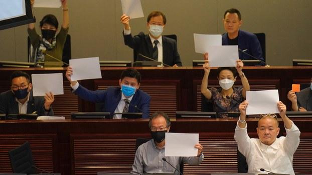 2020年7月7日,香港民主派议员举着白纸表达抗议。(美联社)