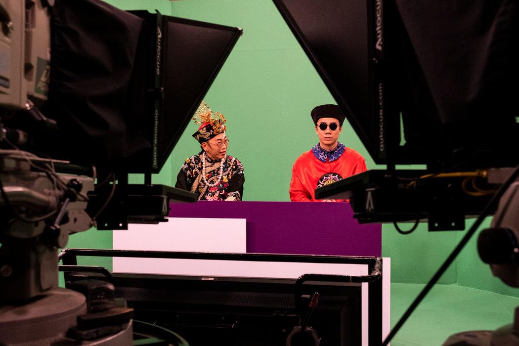 吴志森(左)和曾志豪在香港电台的演播室里录制讽刺节目《头条新闻》。