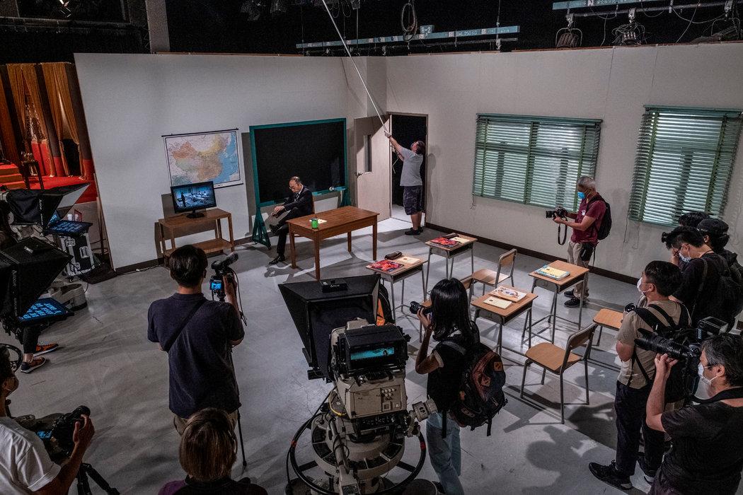 上月,《头条新闻》的录制场景。该节目的停播已在香港电台内部引起了恐慌。