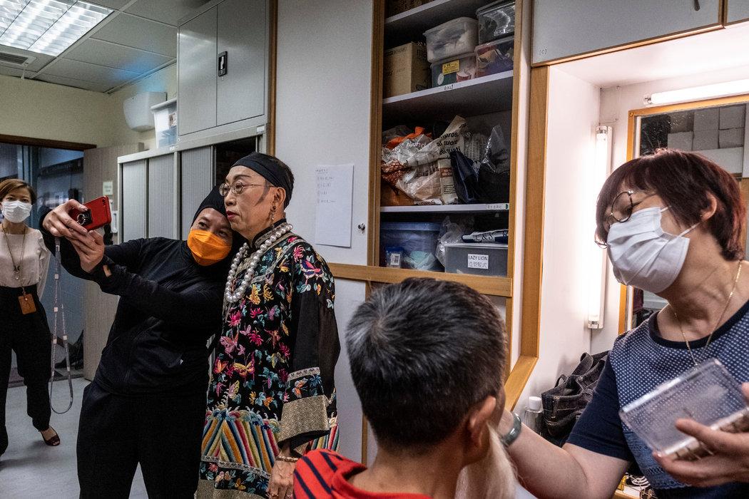 《头条新闻》主持人吴志森在最后一次节目录制的当天与一名工作人员自拍。