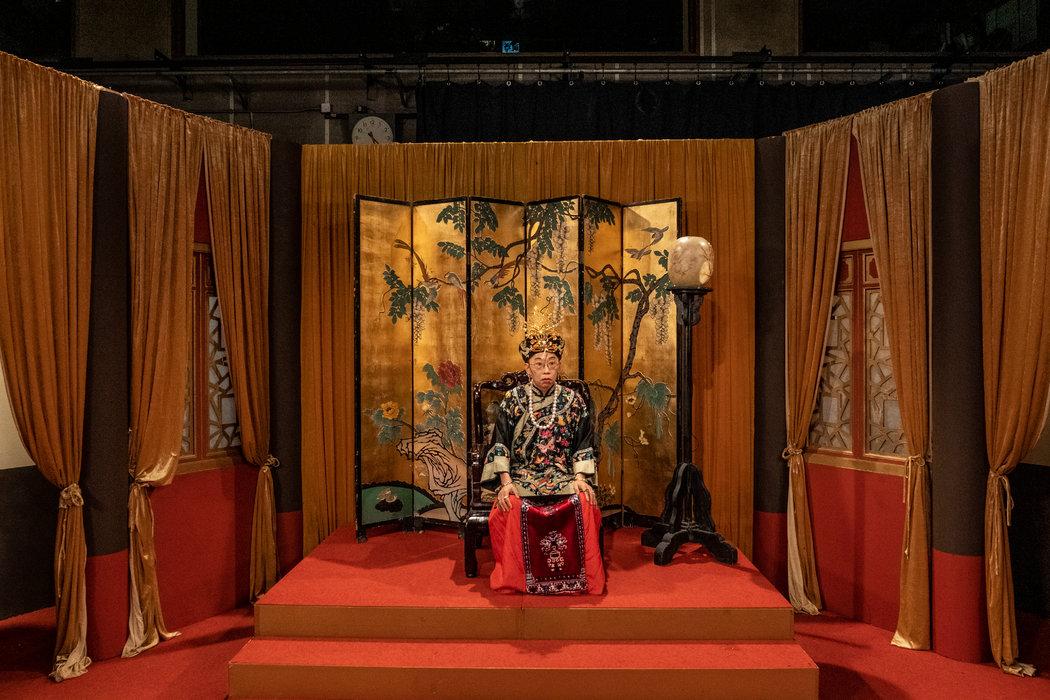 《头条新闻》停播前的最后一期节目里,吴志森饰演慈禧,讽刺林郑月娥。