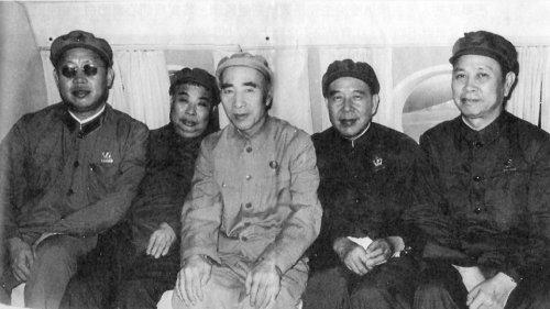 从左至右,黄永胜、吴法宪、林彪、李作鹏、邱会作合影。
