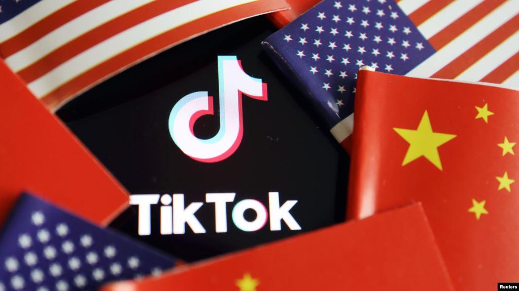 """2020å1′7月16æ—¥美国和ä¸-国国旗ä¸-çš""""TikTok徽标。"""