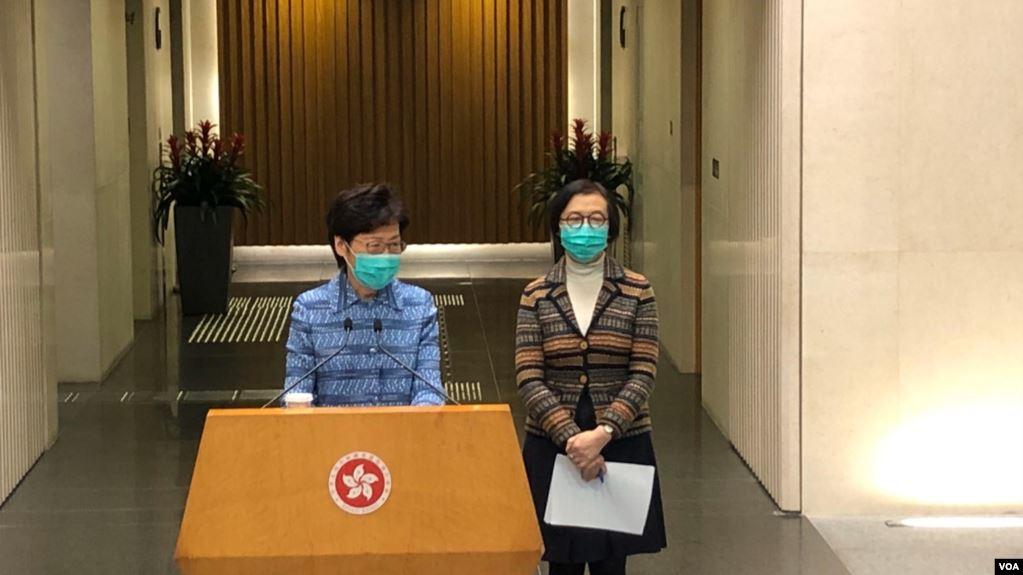 香港特首林郑月娥(左)宣布,会向全球其它国家发出外游警示,同时周四开始,所有抵港旅客要接受强制检疫,不含中澳台。(2020年3月17日)(美国之音王四维拍摄)