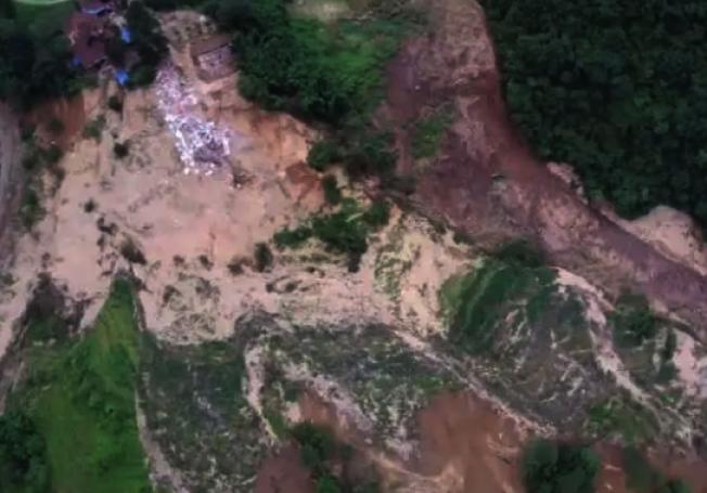 重慶市武隆區因暴雨導致山體滑坡形成堰塞湖,影響當地人民生命及財產安全。(圖/取自澎湃新聞)