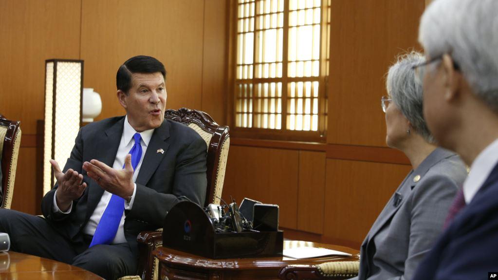 资料照片:国务院负责经济发展、能源和环境事务的副国务卿克拉奇在韩国与韩国外长会面。(2019年11月6日)