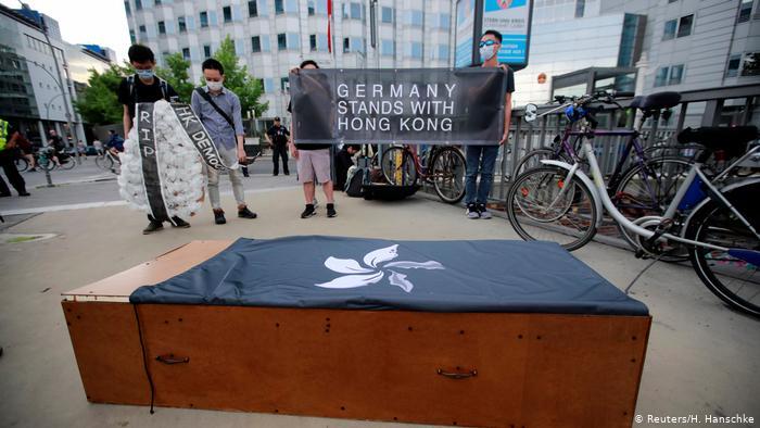 Deutschland Berlin | Aktivisten protestieren in Solidarit?t mit Hongkong vor der chinesischen Botschaft (Reuters/H. Hanschke)