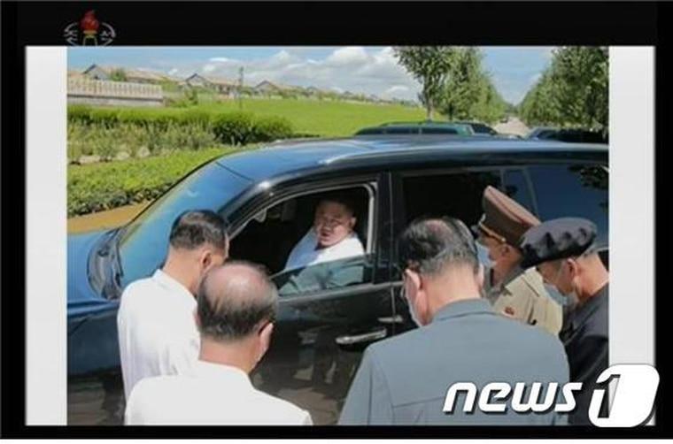 金正恩坐在駕駛座內,向官員們指示如何救災。翻自《NEWS 1》