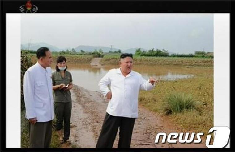 金正恩親自前往水患災區視察。翻自《NEWS 1》
