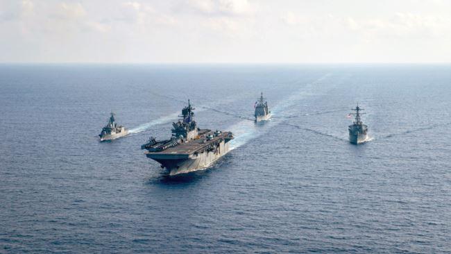 澳大利亚大型护卫舰HMAS Parramatta(左)和美国海军在南中国海海域举行演习。(2020年4月18日)