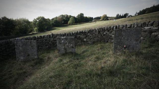 在石匠去世后,村民们只好自己刻墓碑。(图片来源:Eleanor Ross)