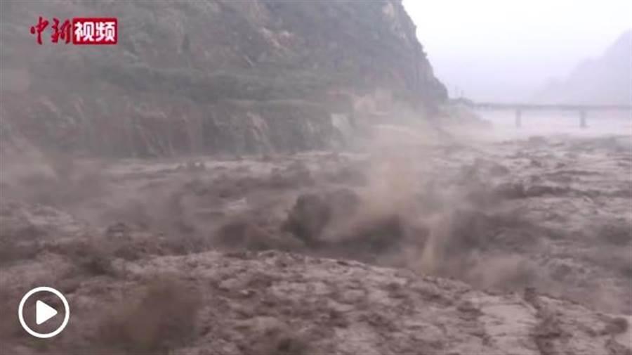 长江出现今年以来第五号洪水。(中新网)