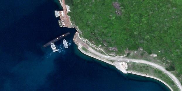 卫星图片,显示一艘解放军潜舰贴近海面,出入海南榆林海军基地地下洞库。(Satlellite imagery @planetlabs)