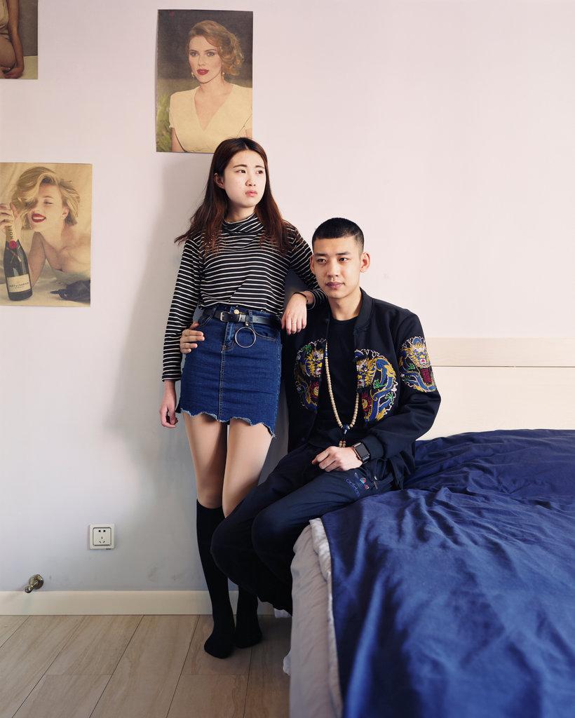 20岁的姚乐(音)和他16岁的女朋友,他是来自富拉尔基的网红,在直播应用上表演说唱。富拉尔基的许多年轻人已经转向网络流媒体以获取经济机会。