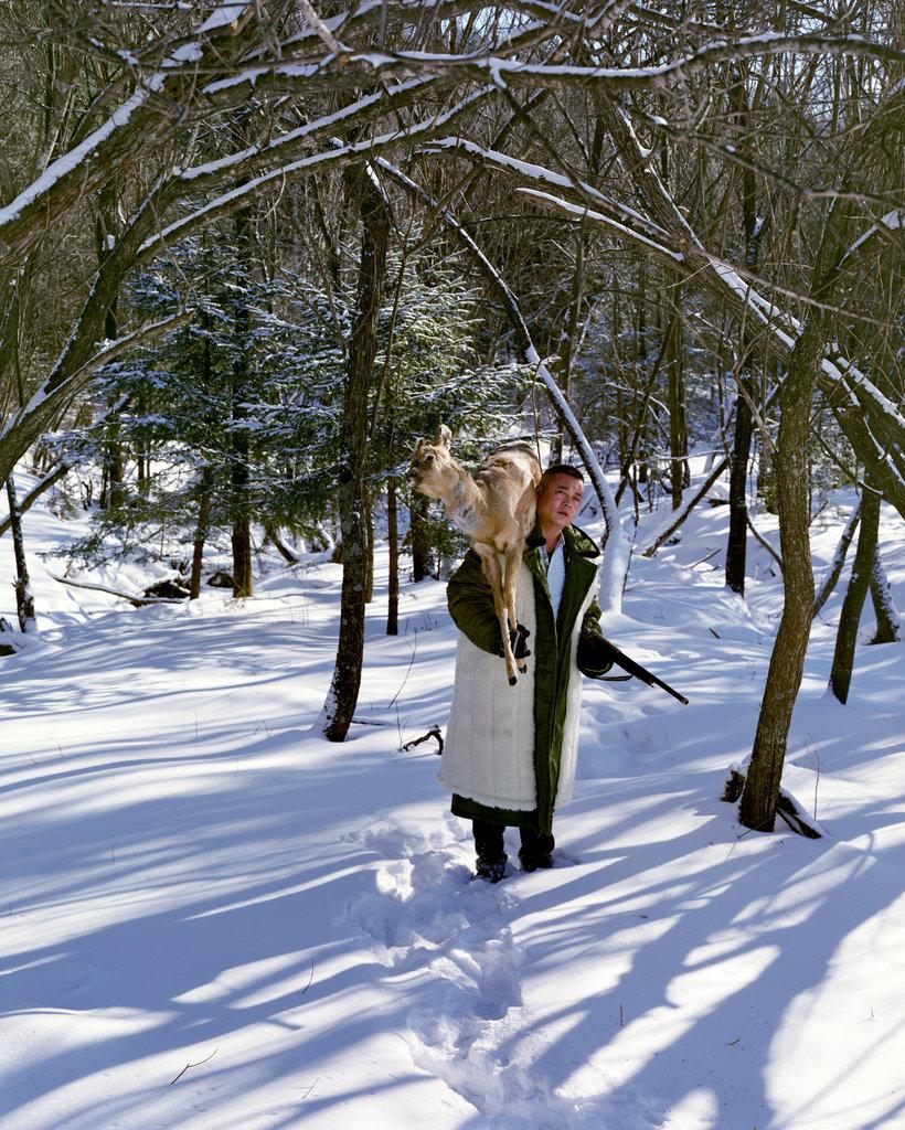 2016年12月,当地猎人黄春(音)在伊春桃山国际狩猎场。