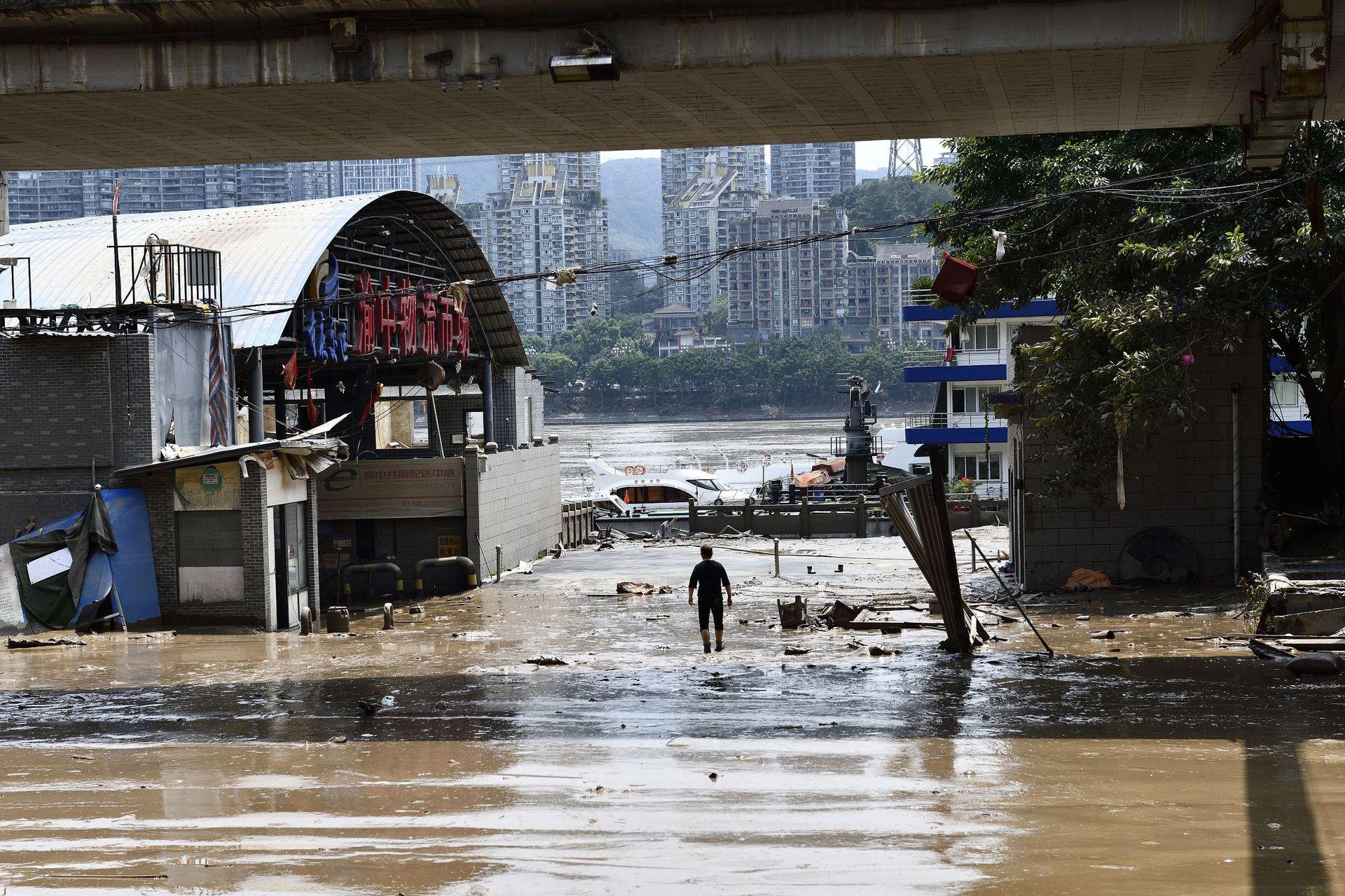 截至8月22日,重庆城区两岸不少区域的清淤工作已经展开,帮助这座城市尽快恢复正常生活秩序。重庆渝中区长江滨江路上,一位正在清淤的环卫工。