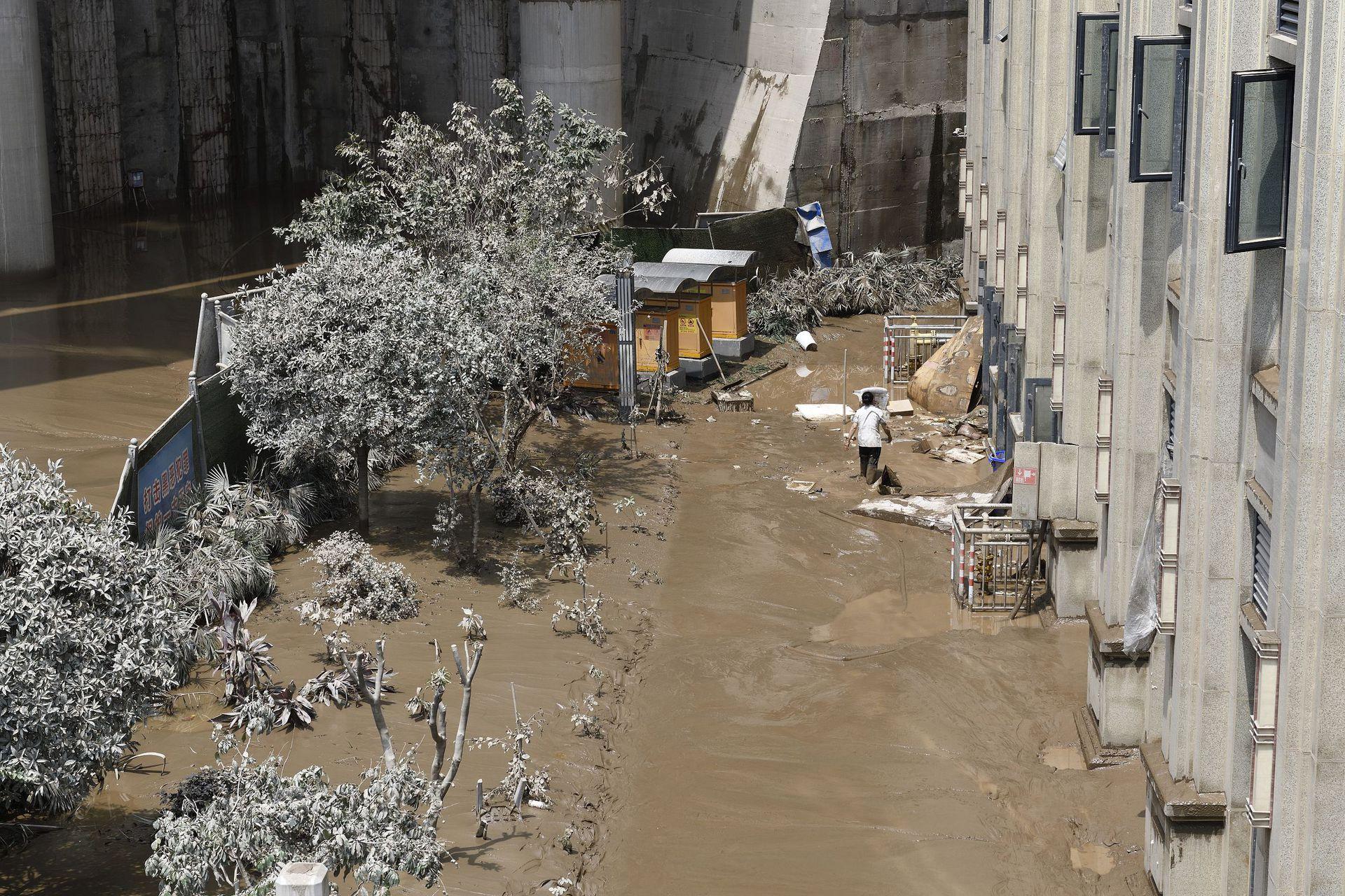 据官方报道,截至8月20日8时,此次洪峰过境导致重庆15个区县26.32万人受灾。受洪水淹没商铺2.37万间、企事业单位及经营性市场860个、临江道路320条、桥梁148座、车库194个、车位4.2万个、机动车663辆等,倒损房屋4,095间,农作物受灾面积8,636公顷,直接经济损失24.5亿元(1元人民币约合0.14美元)。