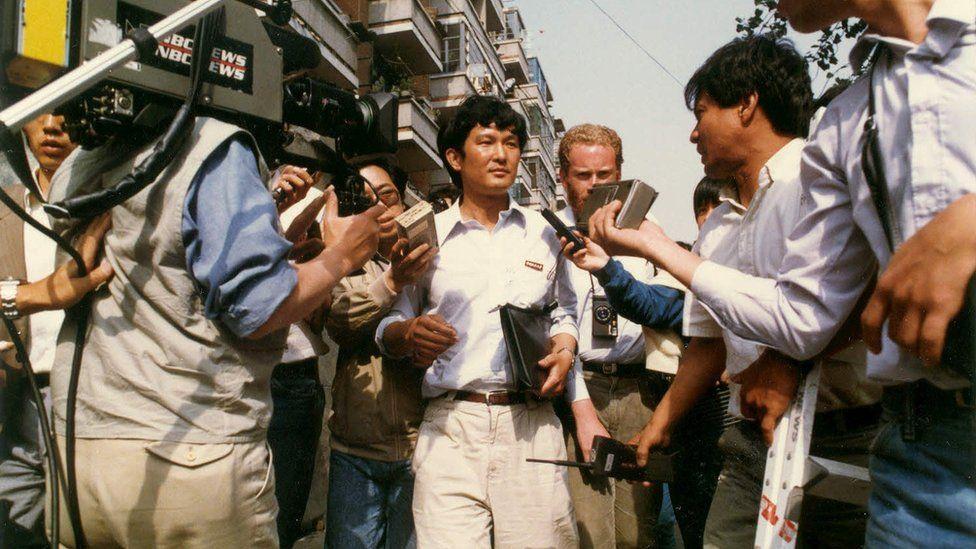 八九民运期间,项小吉代表学生对话团去和政府谈判
