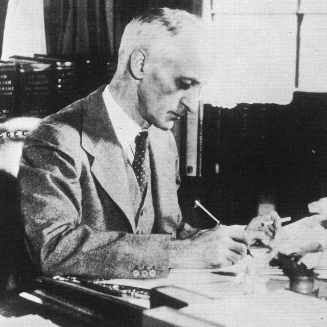 哈维·库欣在案头工作(1900年代)