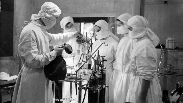 一群学护在手术室内接受培训(1933年)