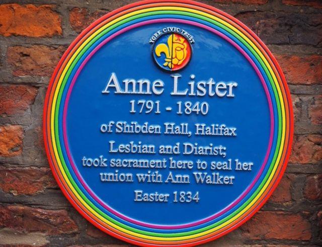 为李斯特和沃克尔挂出的彩虹铭牌