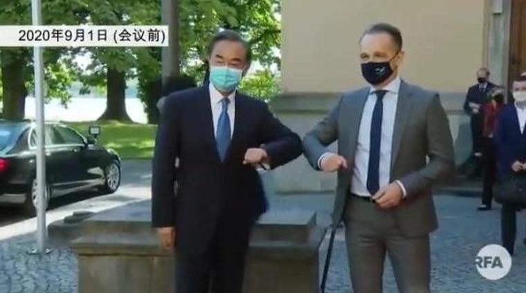 王毅抵达,马斯冷面拍摄媒体合影照。