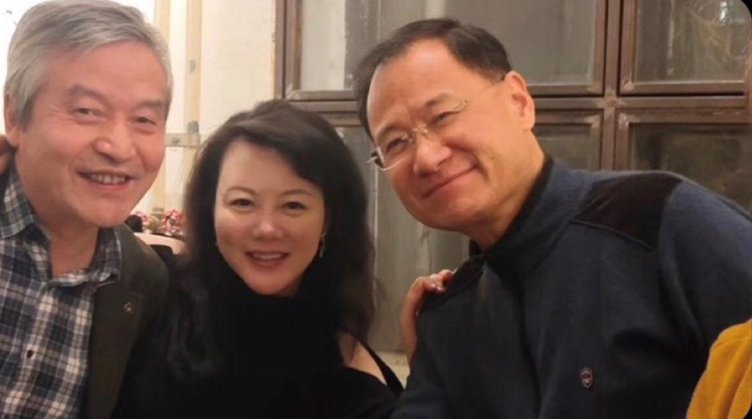 耿潇男与贺卫方(左)、许章润两位教授合影。(推特图片)